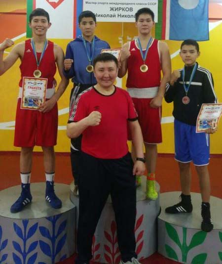 Победители и призер с старшим тренером ДЮСШ-1 Айааном Игнатьевым